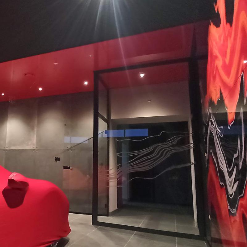 Podświetlany kaseton tekstylny w srodku salonu luxarte na którym widać krzesła fendi