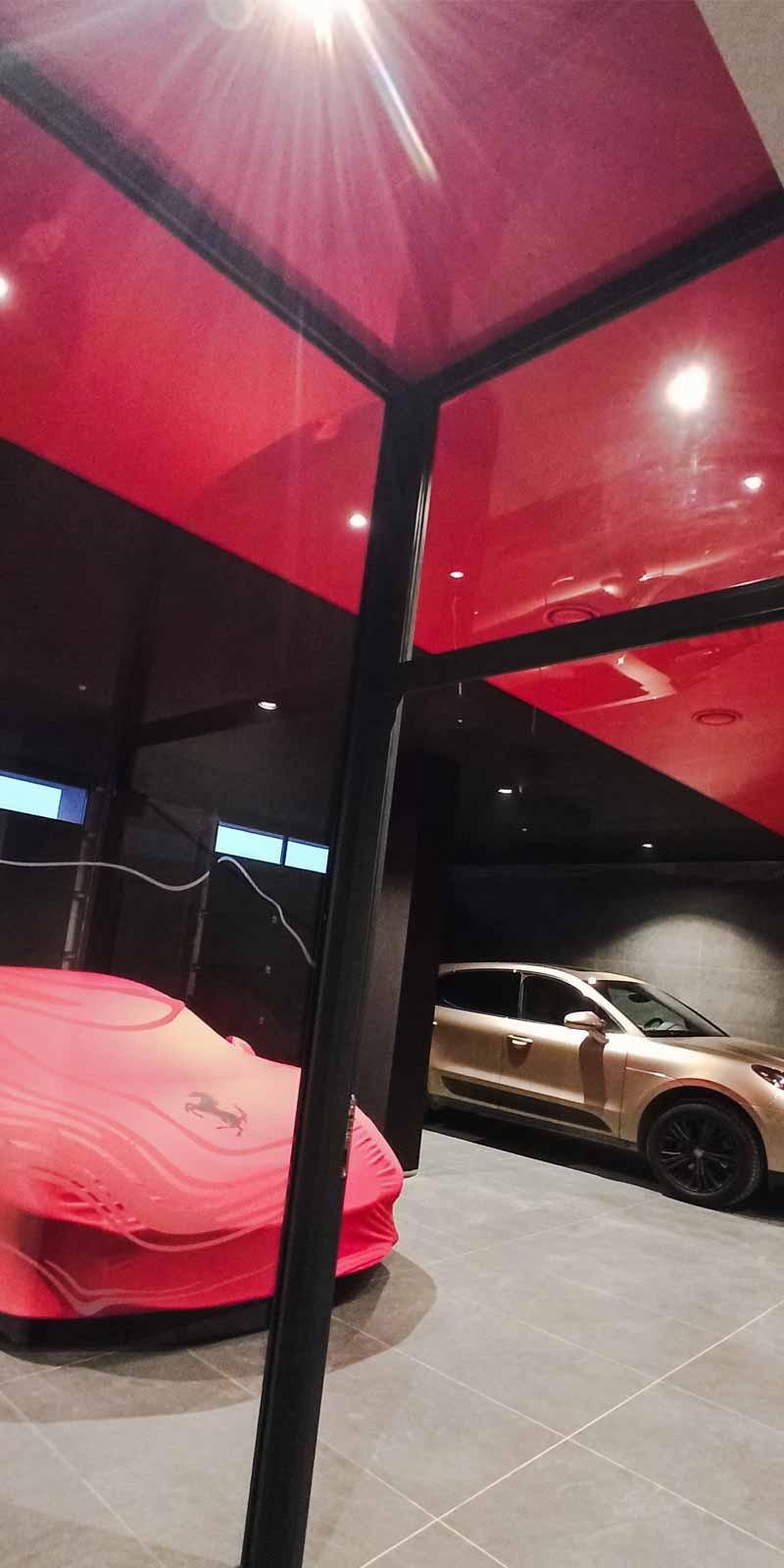czerwony sufit w garażu w tle czerwone ferrari