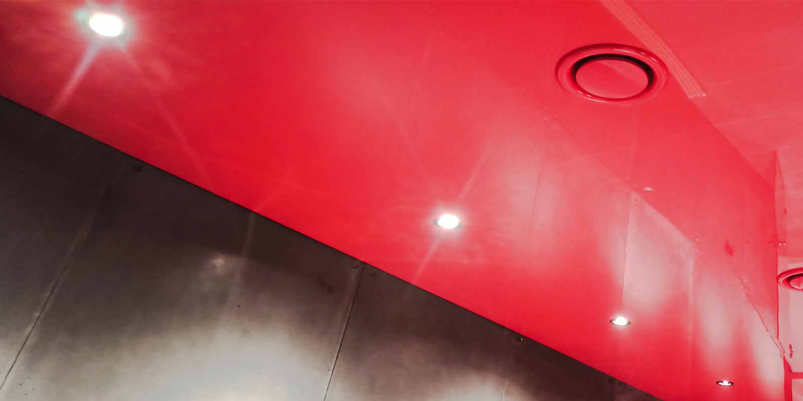 podwieszeny czerwony sufit